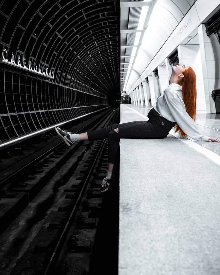 هذه صورة ليست صورتين مختلفتين بل صورة واحدة ومكان واحد.  مترو أنفاق #موسكو