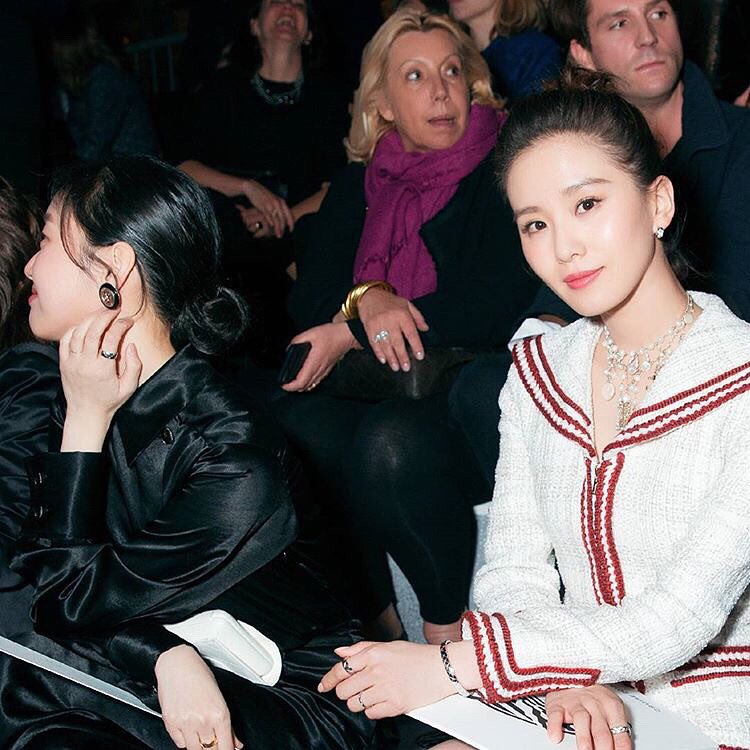 #KimGoEun sitting beside Cecilia Liu during #ChanelCruise show in 2018. She's still pretty even though she's not the focus here.  An interesting fact: Cecilia Liu was the lead actress in the original Scarlet Heart drama. She met her future husband (lead actor) in the same drama.