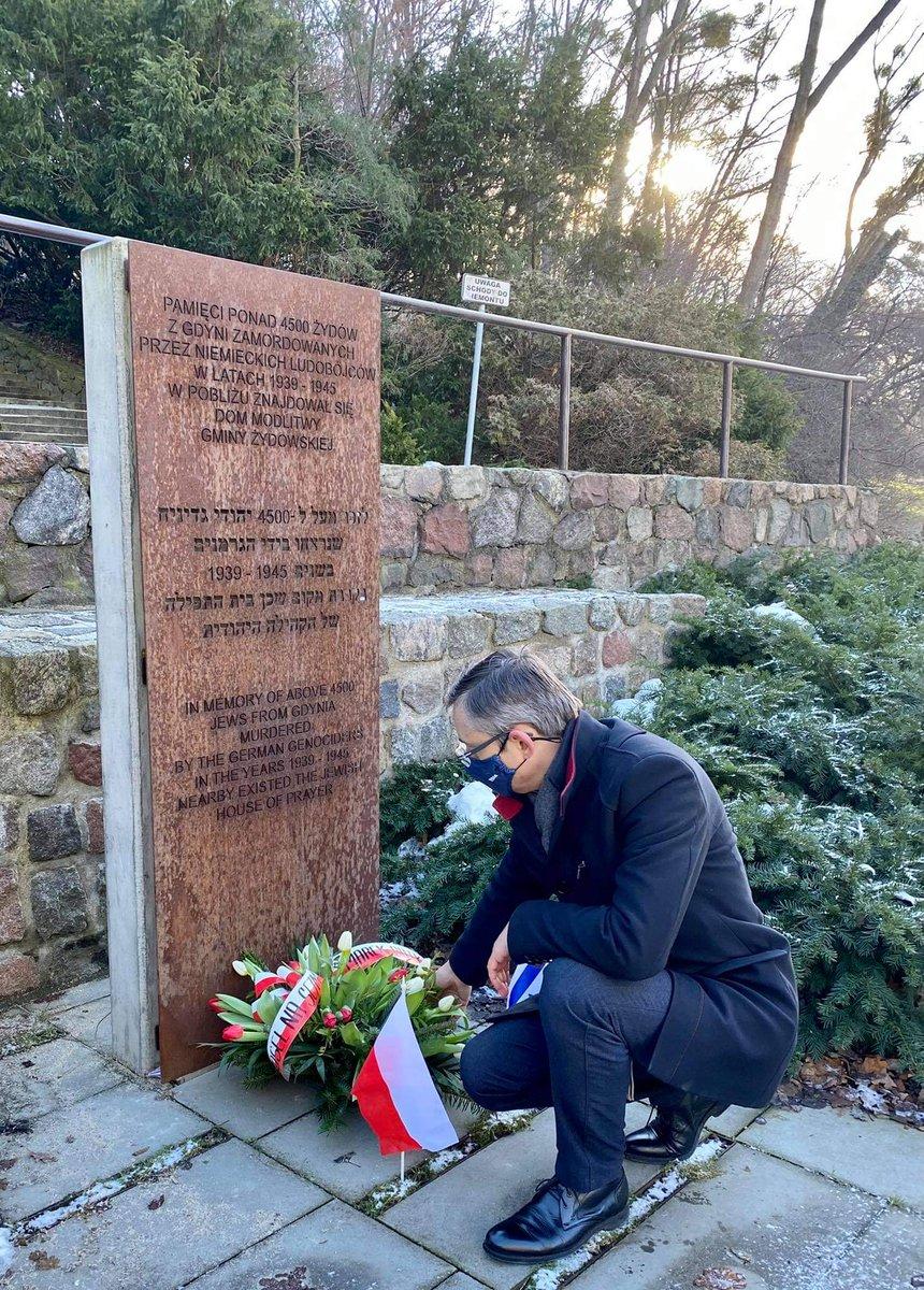 """Dzisiaj przypada Międzynarodowy Dzień Pamięci Ofiar Holocaustu. Złożyłem kwiaty pod pomnikiem deportowanych i wymordowanych Żydów w Gdyni. Z 4,5 tysięcznej żydowskiej społeczności Gdyni, po wojnie wróciły... 33 osoby. """"Auschwitz nie spadło z nieba"""".  #HolocaustRemembranceDay"""