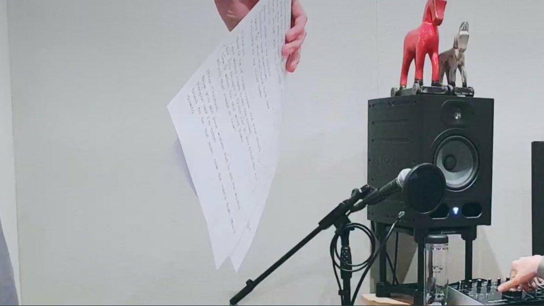 """[👀] MOAlar, Taehyun'un elinde tuttuğu kağıtlarda yeni comebackin şarkı sözlerinin yazdığını düşünüyor.  Peki ya siz ne düşünüyorsunuz, """"The Chaos Chapter"""" geliyor mu?"""