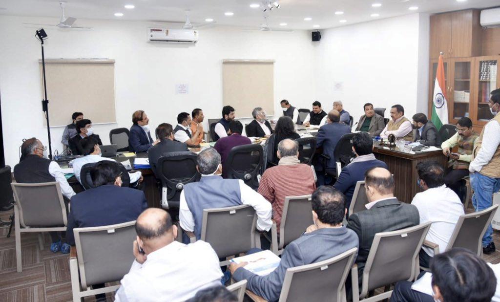 पुण्यातील मुळा-मुळा नदीचे पुनरूज्जीवन, नागपुरातील नागनदीचे पुनरुज्जीवन, गोसिखुर्द प्रकल्पाच्या कामाला गती, सुलवाडे प्रकल्प तसेच प्रधानमंत्री किसान सिंचन योजनेतील 26 प्रकल्प, बळीराजा जलसंजीवनी योजनेतील विशेष पॅकेजच्या 91 प्रकल्पांचा आढावा यात घेण्यात आला. #Maharashtra