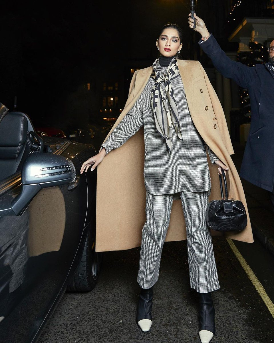We cannot get over #SonamKapoor's look here.  #Style #Icon #Fashion