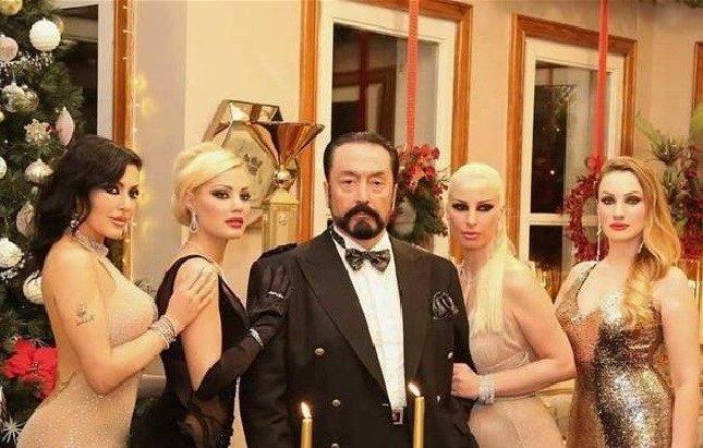 """حكم قضائي غير مسبوق في تاريخ تركيا بشأن سجن زعيم """"عبادة الجنس"""" الداعية الإسلامي """"عدنان أوكتار""""  https://t.co/DIg47aTMo0 https://t.co/QWa2LUcm6e"""