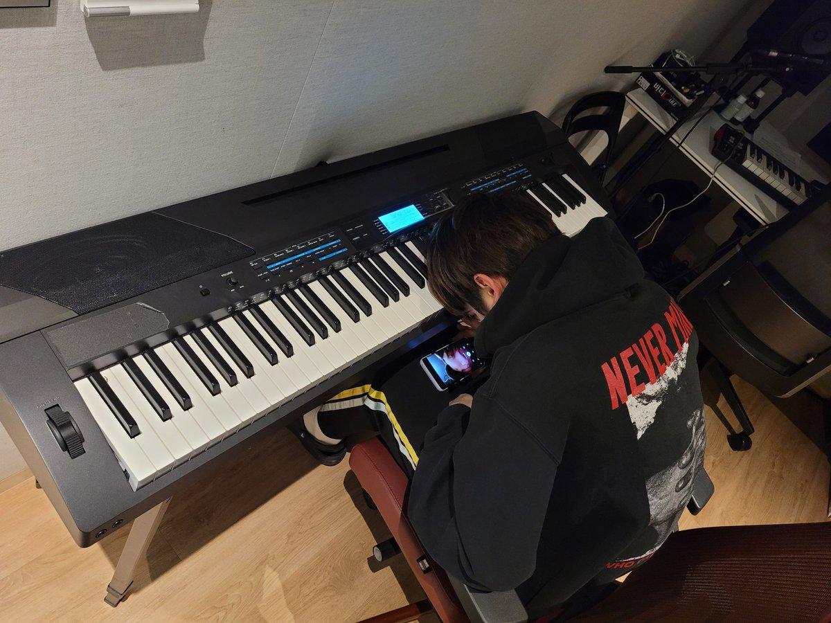 Replying to @TXT_members: 그리고 피아노 치는 수빈이형의 옆모습......