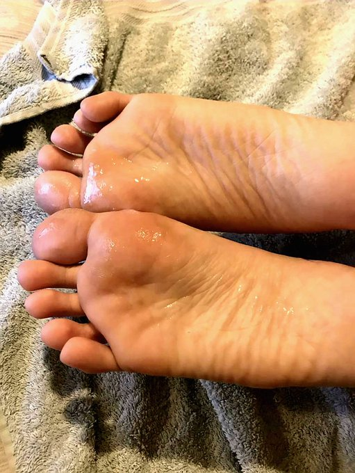 1 pic. Just £4 to my cashapp 💸 and a DM 📩 and watch how these feet work their magic! 👣  #feet #footfetısh #footjob #cashappinbio