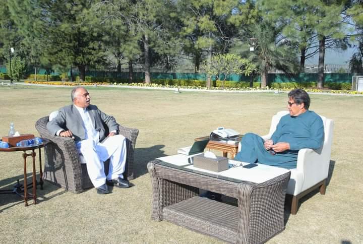 وزیراعظم عمران خان سے گورنر خیبر پختونخواہ شاہ فرمان کی ملاقات ۔  گورنر خیبر پختونخواہ نے وزیراعظم کو صوبے میں یونیورسٹیز کے انتظامی امور کے حوالے سے اصلاحات پر آگاہ کیا ۔ 1/3  #KPKUpdates #PMIK