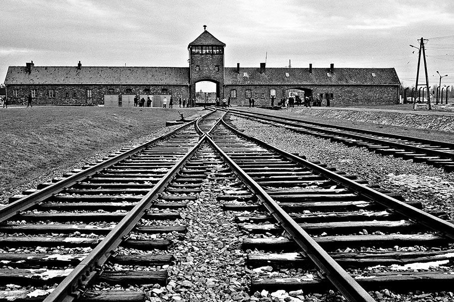 Son 76 años desde la liberación de #Auschwitz, el mayor campo de exterminio de la historia de la humanidad.  No olvidemos los horrores del #Holocausto. No lo olvidemos, para que aquel horror no se vuelva a repetir.    #HolocaustMemorialDay  #HolocaustRemembranceDay