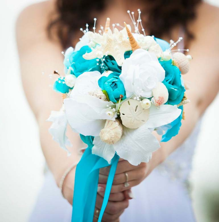 Today's #WeddingWednesday bouquet inspiration features starfish, seashells, sand dollars, and pearls as well as flowers - stunning and unique :-) #bouquet #2021wedding #bridetobe #bridal #wednesdaymotivation