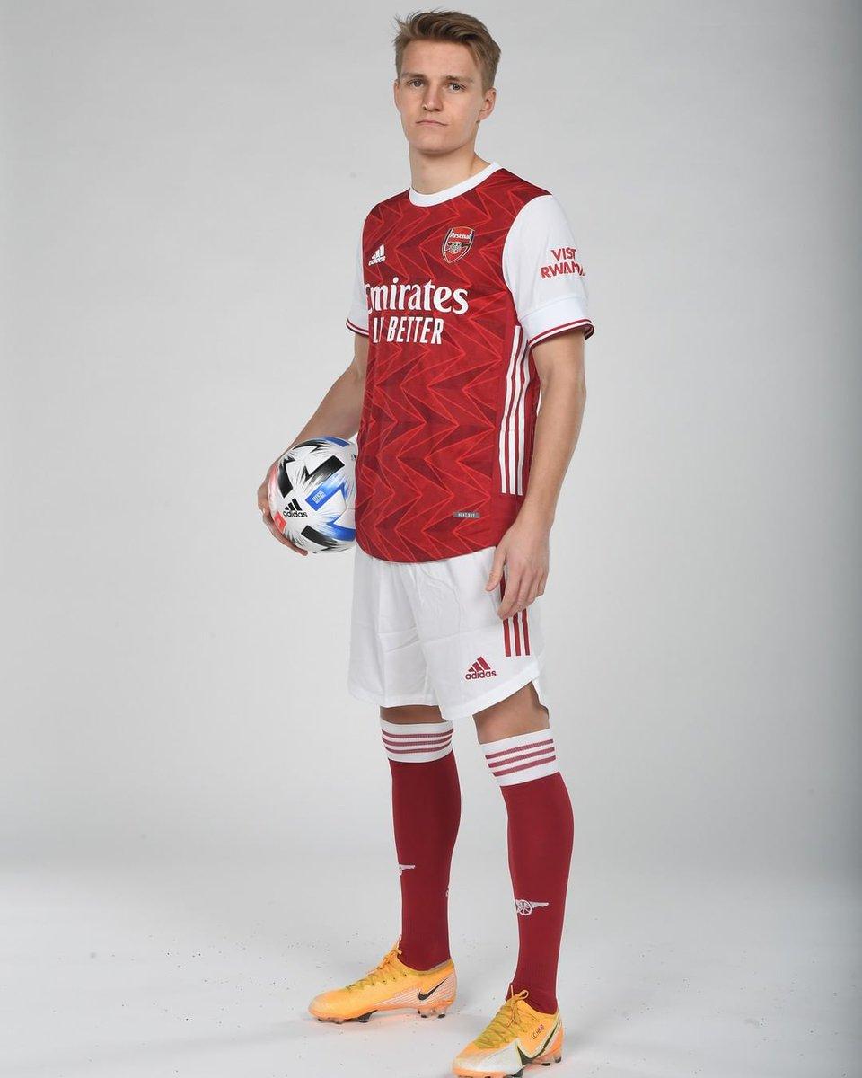 #Odegaard ya posa con su nueva camiseta! El Noruego llega cedido al @Arsenal por 6 meses, sin opción de compra.   #RealMadrid #HalaMadrid #RMFans