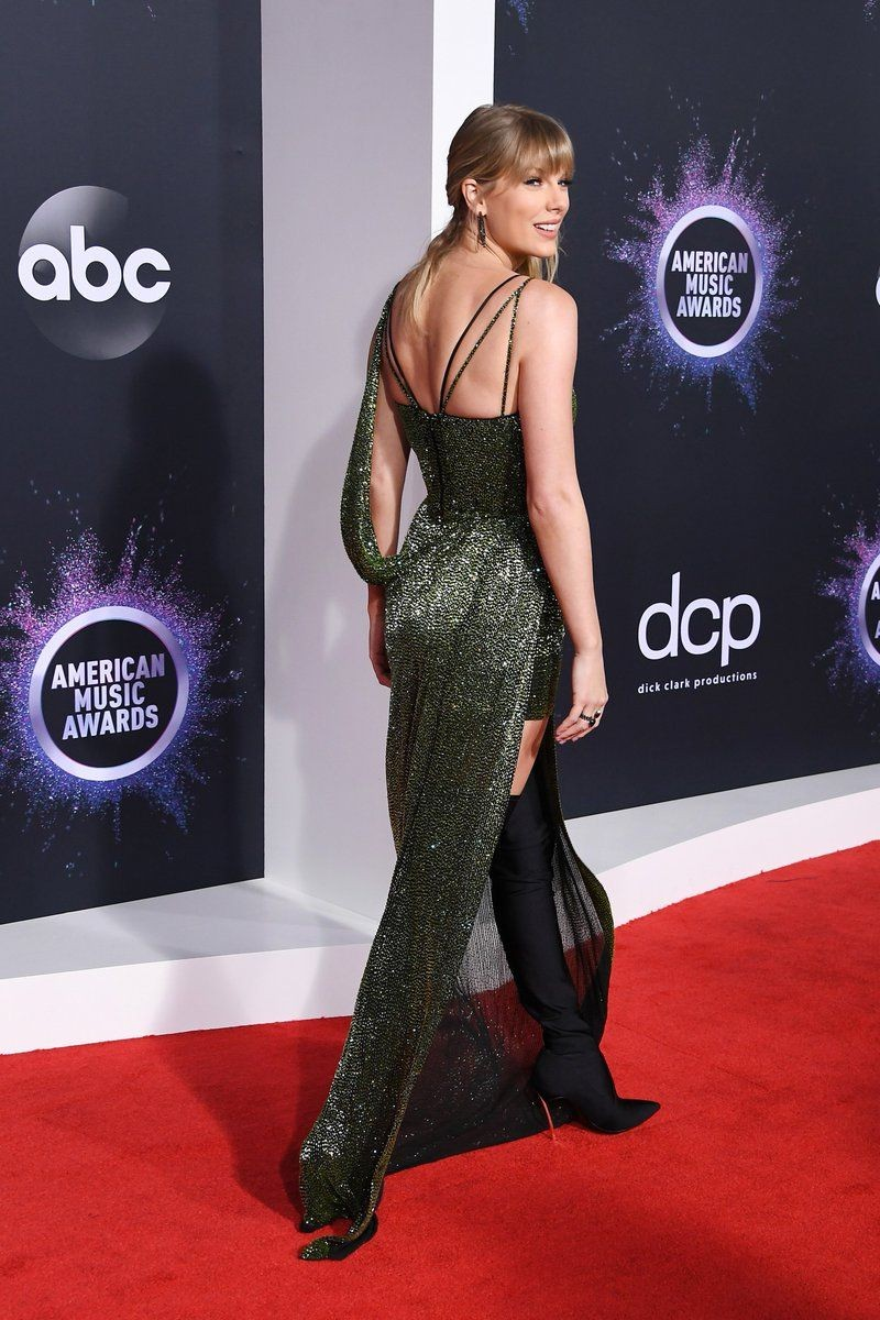 How old were you when you noticed that Taylor wore different heels on the red carpet and award ceremony? #AMAs #TaylorSwift #Swiftie @taylorswift13  @taylornation13