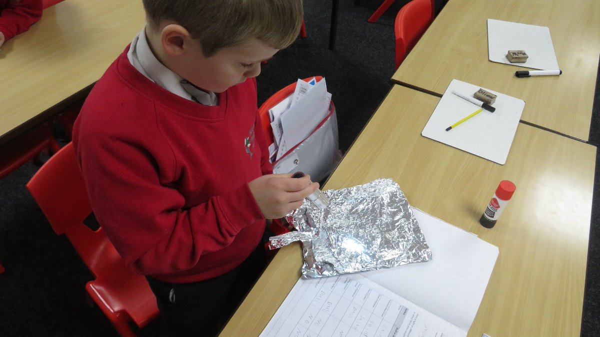 Year 3 have been busy investigating the effect light has on shiny and dull surfaces 🔦✨🤔 #Light