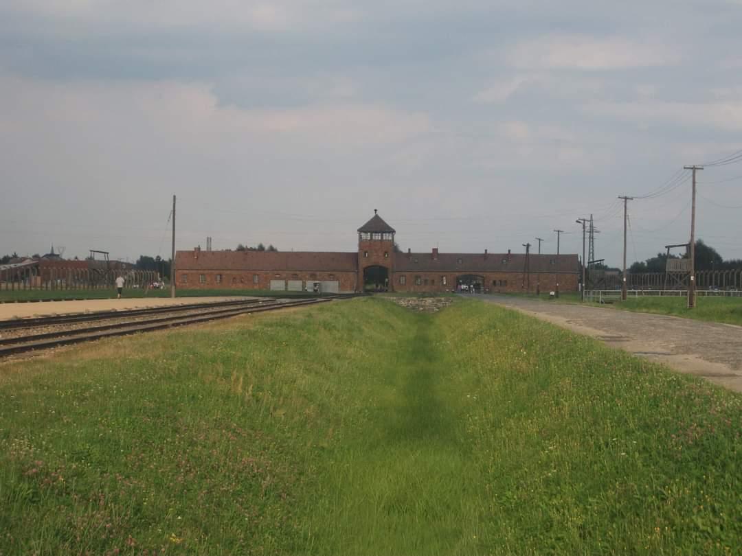 """A propósito das invocações sobre a libertação dos campos de concentração nazis, este era o portão por onde todos entravam, sendo celebre uma frase que dizia: """"Entras pela porta, sais pela chaminé"""" #podcastconversa #politico #politica #historia #history #holocaust"""