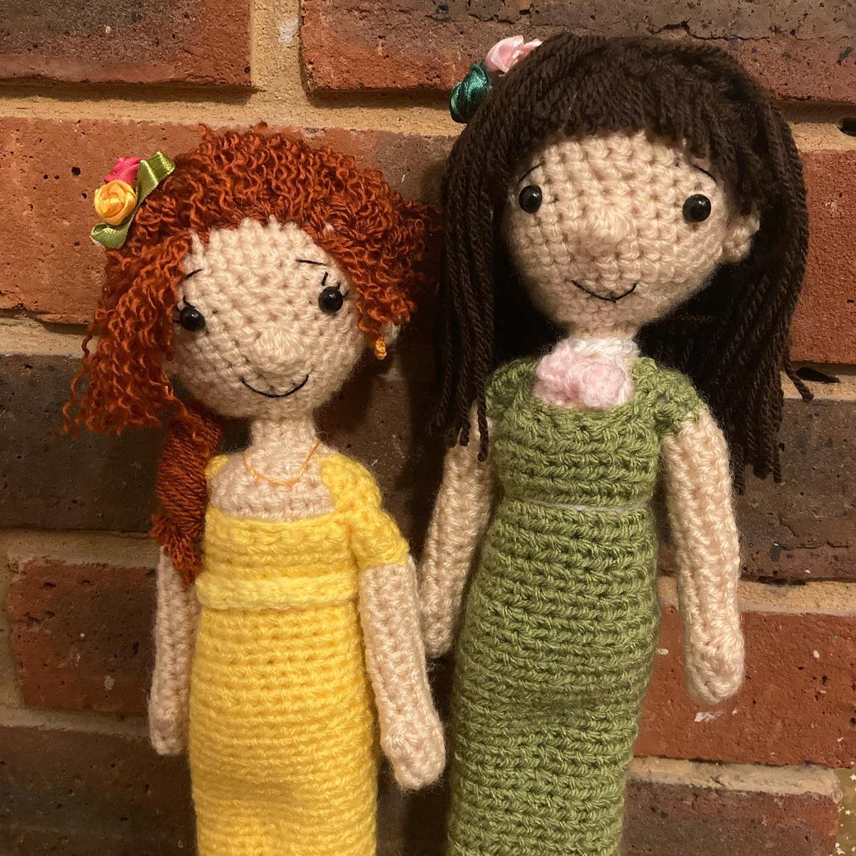 My latest #crochet creations 🤭 Meet Miss Penelope Featherington and Miss Eloise Bridgerton @nicolacoughlan @bridgerton