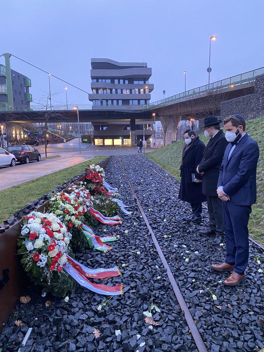 Im Gedenken an die Opfer des #Holocaust legte ich im Namen des konsularischen Korps #NRW am #HolocaustRemembranceDay am Mahnmal am ehemaligen Güterbahnhof Derendorf in @Duesseldorf einen Kranz nieder🖤  #WeRemember #NeverAgain #Auschwitz76
