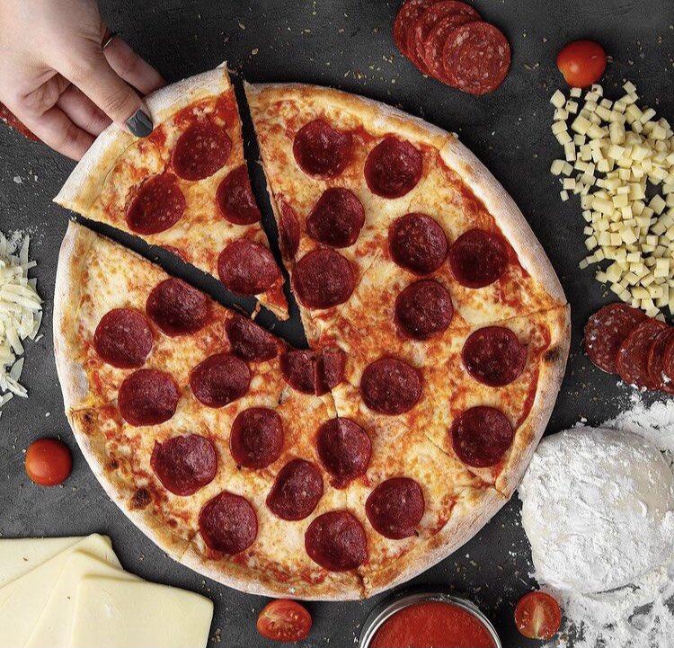 بيتزا البيبروني 🍕🍕 الكُل يتفق على طعمها الخطير 😍🔥  #هاريز_بيتزا #الرياض #pizaa #قهوه