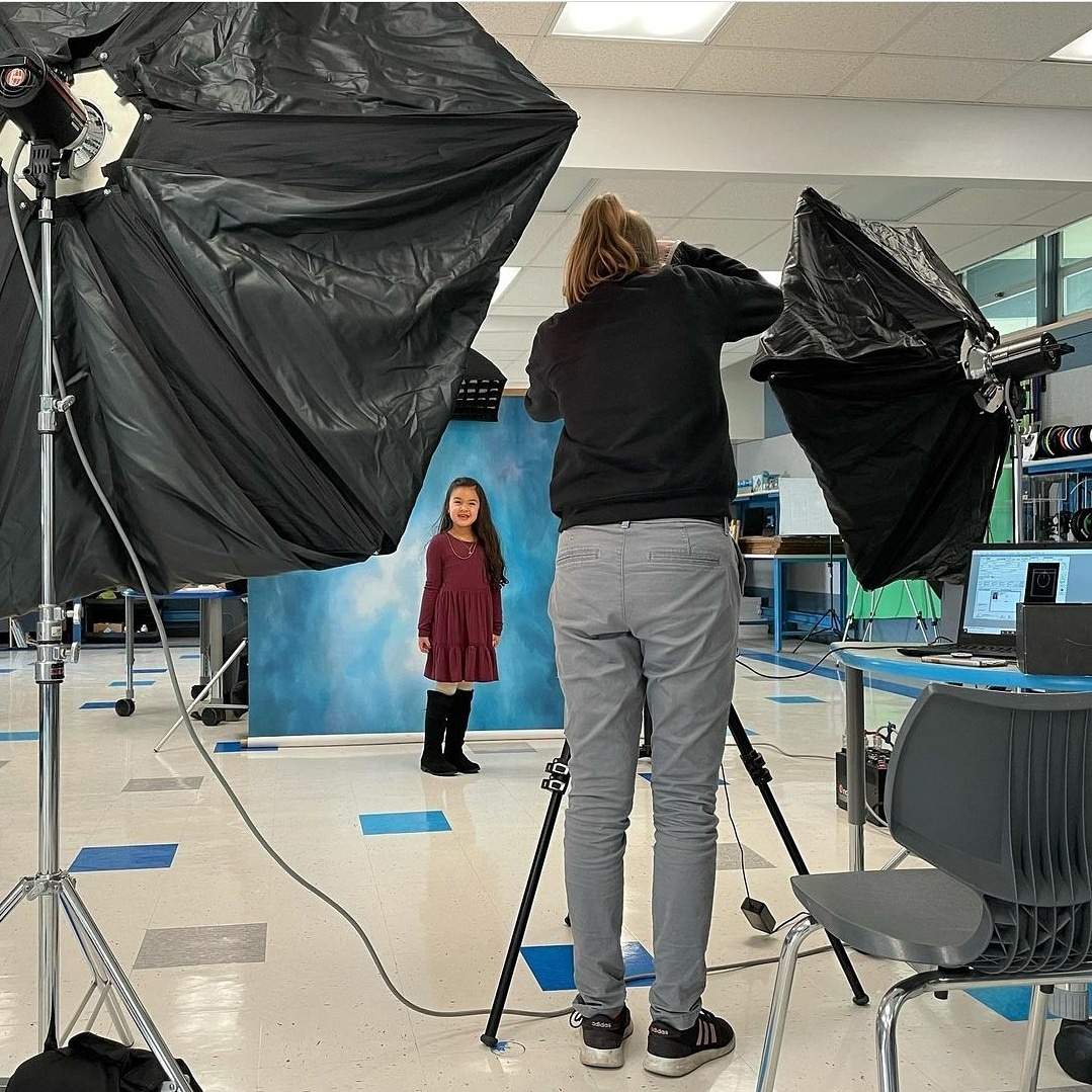 All smiles for picture day at Dos Caminos Elementary School 🐬 #BehindTheScenes  📸: @DosCaminosPVSD