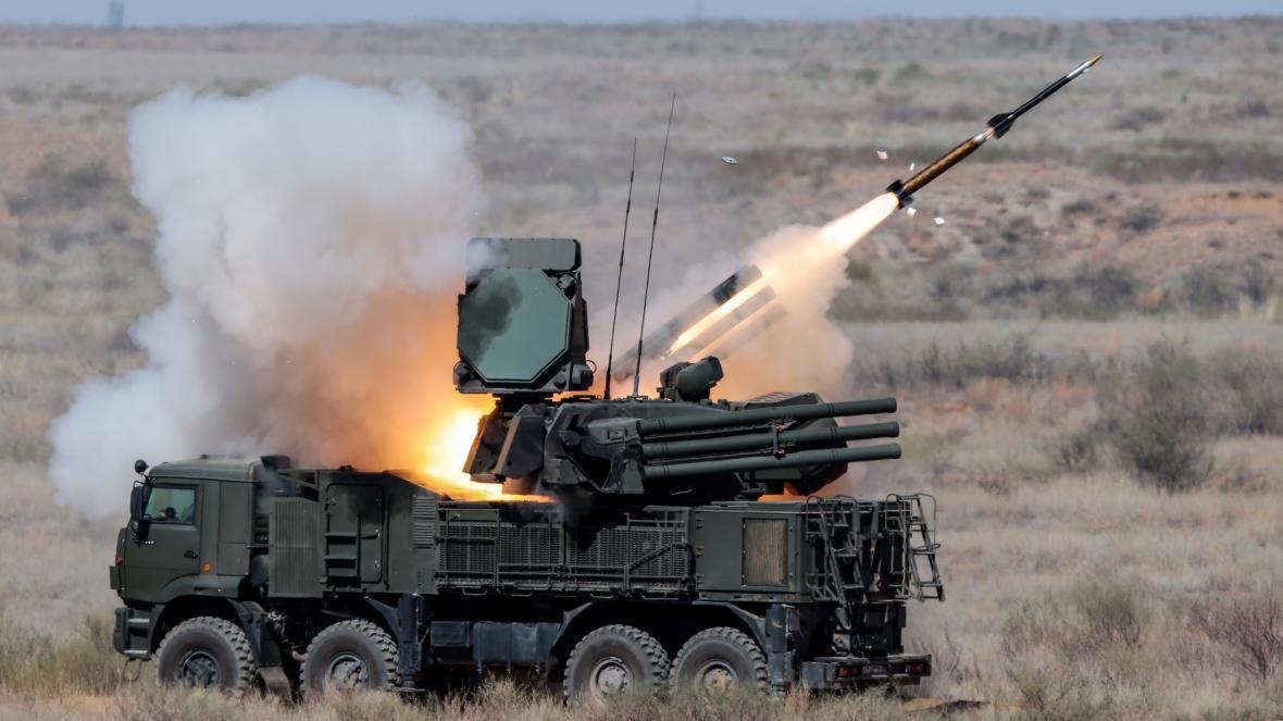 🇺🇸 🇷🇺 🇱🇾🚨| Un système de missile de défense aérienne russe Pantsir capturé sur un champ de bataille libyen aurait été transporté intact vers une base aérienne américaine en Allemagne lors d'une mission secrète.