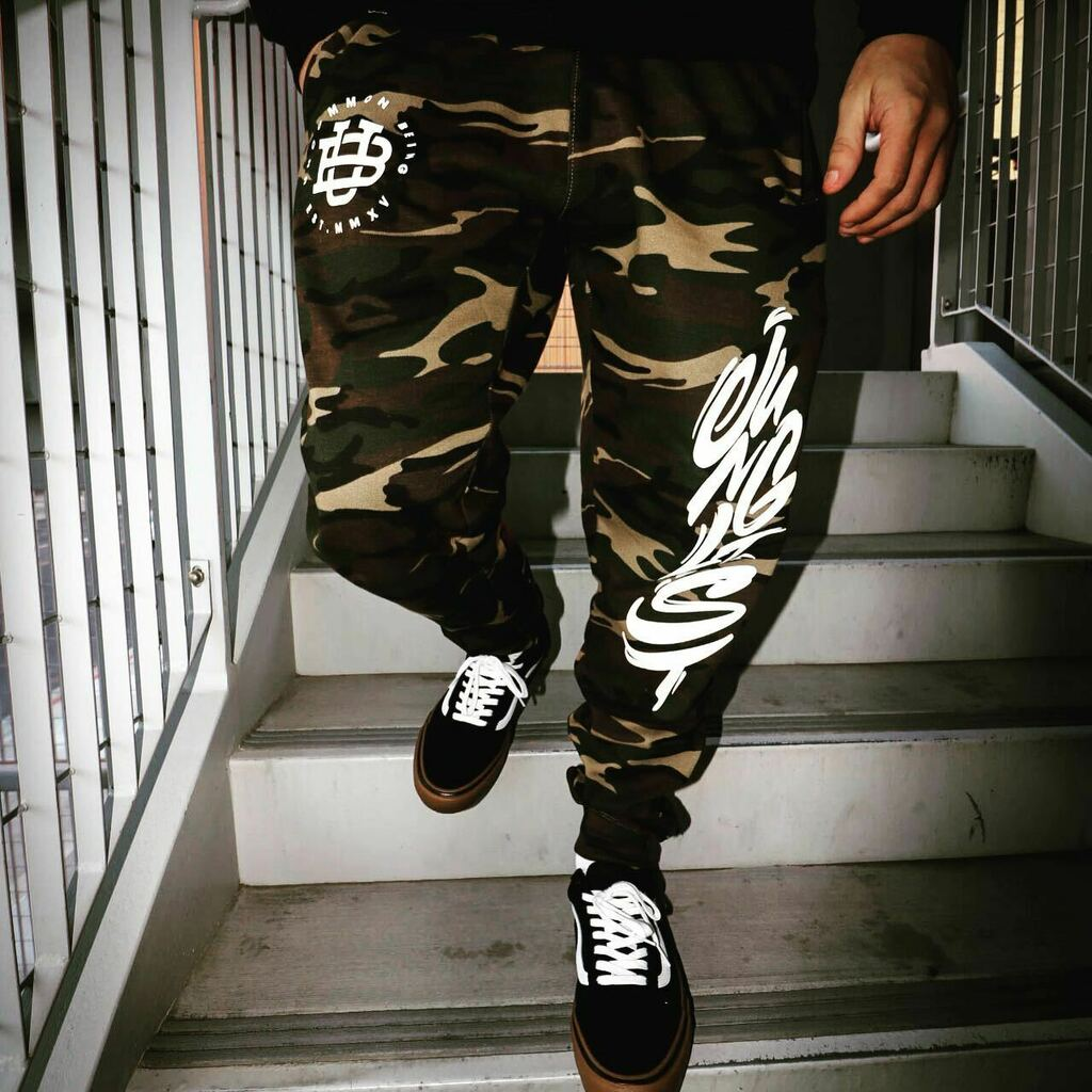 Junglist script jogger pants are moving quick. Only one medium left ❌ All other sizes are available in low stock.  Free US shipping $60+ // $30 flat international rate. . .  #uncommonbeing #premiumstreetwear #accessories #superio…