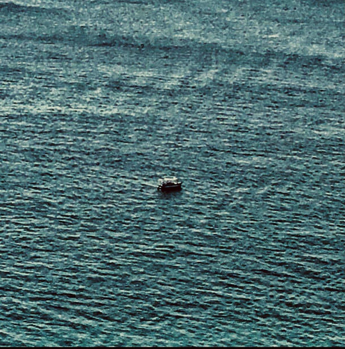 """#BoaNoite/#FelizAmanhã  """"O barquinho vai E a tardinha cai"""" (Roberto Menescal - Ronaldo Boscoli) #mar #sea #barco #boat #nautical #caminho #way #tarde #afternoon #diafeliz #happyday #vista #view  #frentemar #seafront #gratidão #gratitude #foto #photo #goodnight #happytomorrow"""
