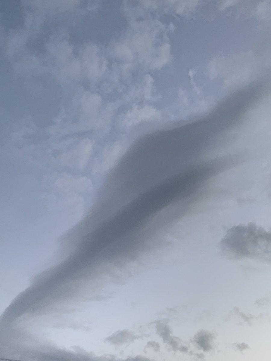 疲れがたまってきて 帯状疱疹跡がピリピリする⚡️  朝家出る時(am6:30)頃の空が水彩画みたいだったので、パリシャしてしまった☁️  #EGPA #朝空 https://t.co/mQRARgPawC