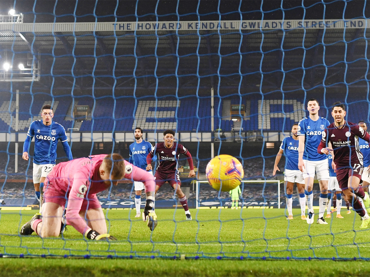 .@Everton denied as Pickford howler rescues @LCFC   READ:    #Everton #LeicesterCity
