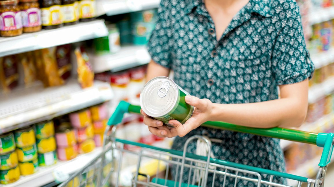 Choose frozen or canned fruits and vegetables if you're trying to limit trips to the grocery store.   Be sure to read labels for added sodium and avoid fruits packaged in syrup.  #HealthTips #HealthyAtHome #pandemic https://t.co/Qnrv7epjFG