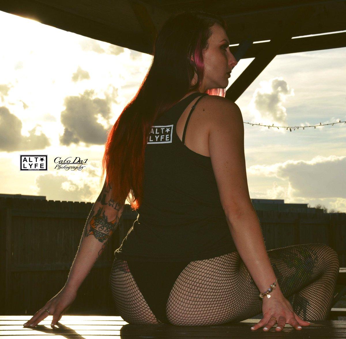 🍑 Happy Hump Day! 🤟🏾 Tank Top: @ALT_LYFE  * 🎞 CatoDa1Photography  Published Model ⚔️: @kellythedestroyer  Ethnic: 🇮🇪 Irish 📸:@catoda1  Photo©️ #alt #lyfe #sky #clouds #vibrant #tattoogirl #curves4days #humpday #appreciationpost #cakedecorator #irish