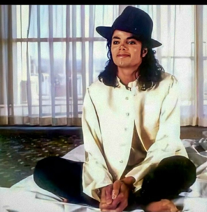 """💫..""""And see the world with your heart Do what you wish, be what you are What a victorious thrill Wearing a smile, all of the while Feeling the world standing still Watch raindbows glow rest on a bed of flowers Then dial a star Anything's in your powers..💫 #MichaelJackson #love"""