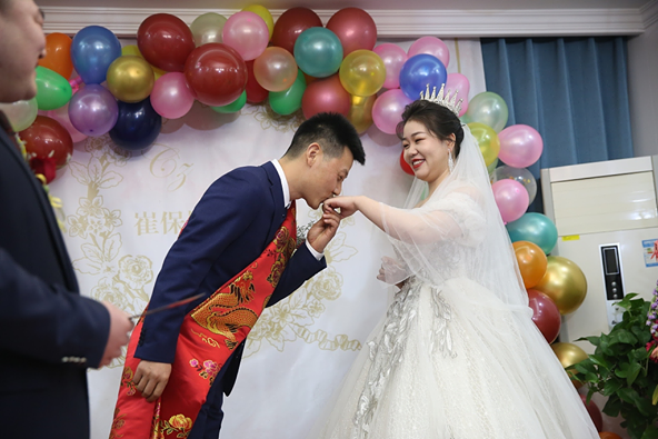 This couple wasn't going to let a pandemic get in the way of their big day! Weddings cannot be held due to pandemic prevention control measures, so this innovative couple decided to hold their #wedding ceremony in their living room without many guests.