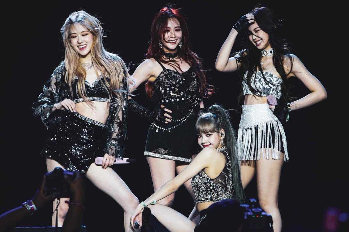 The way my mom and aunts ate this perfomances.  #BLACKPINKxCORDEN #LISA #JENNIE #ROSÉ #JISOO #BLACKPINK