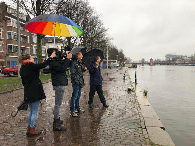 Het regent pijpenstelen, maar dat weerhoudt onze collega Maarten Ouboter er niet van om te vertellen over water in de stad. 💦  📺 In het voorjaar te zien bij @BNNVARA.