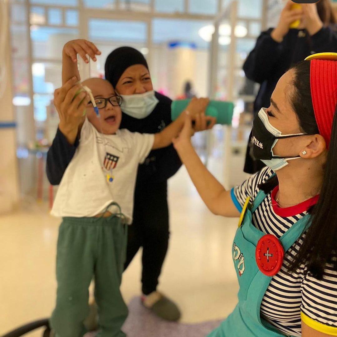 ميكي هو طفل إسرائيلي، نجم، قام بزيارة الأطفال المصابين بأمراض صعبة وحرجة في مستشفى إسرائيلي، وقضى وقته مع طفل عربي اخر ي…
