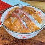トッピングにネギや卵黄を加えても美味しい!簡単に作れる「ブリの漬け丼」のレシピ!