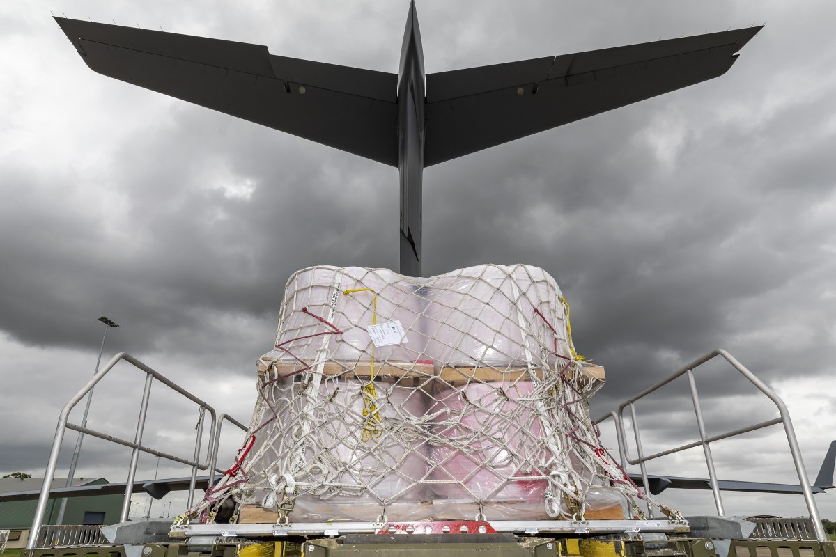 #YourADF is currently assisting @dfes_was ongoing firefighting efforts around the state by transporting ✈️ aerial fire retardant, supporting water bomber operations and providing ground transport for civilian firefighters. 💪👏 #AusAirForce @AusAirForce