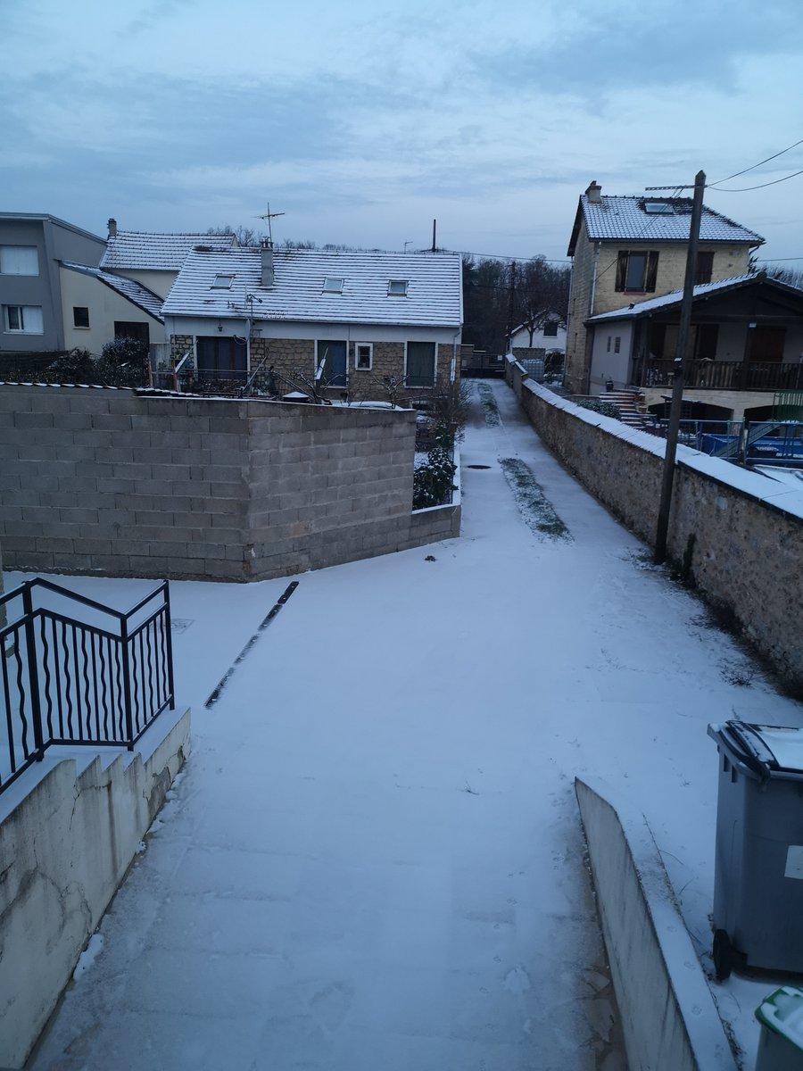 @Ariani_red @cntrlshft Moi il a bien neigé dans le 78 là