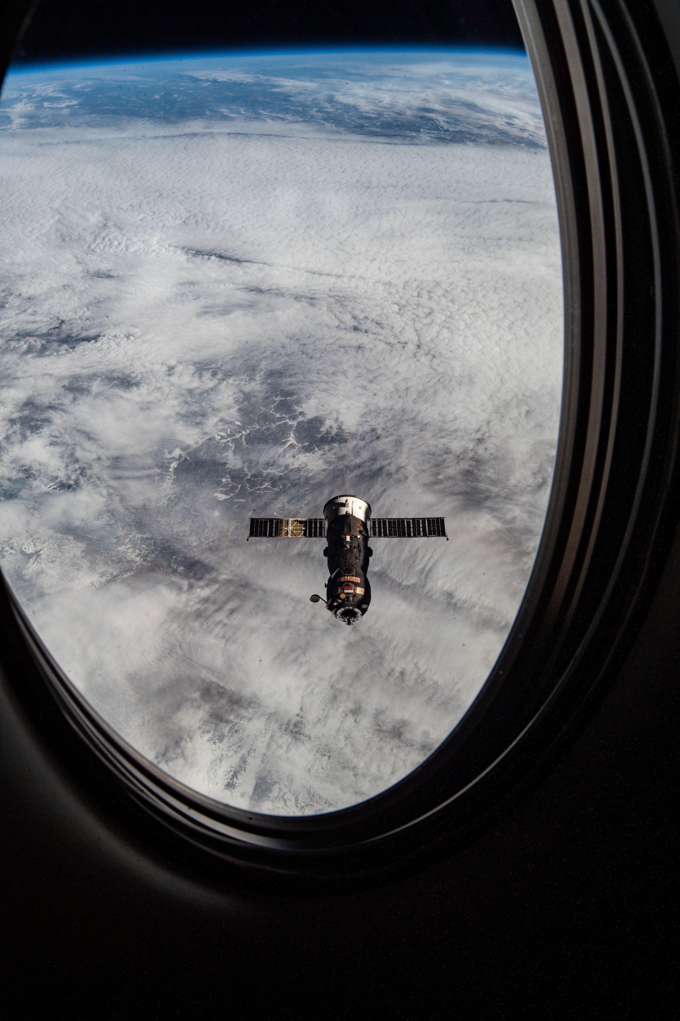 вид из Дрэгона на Прогресс МС 15, фото НАСА