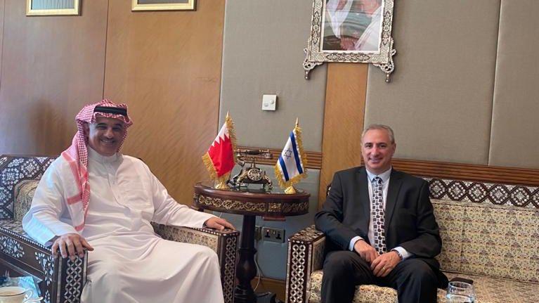 عقد القائم بأعمال السفارة الاسرائيلية في ابو ظبي @AmbassadorNaeh اجتماعاً مع الشيخ خالد بن عبدالله آل خليفة ، سفير البحر…