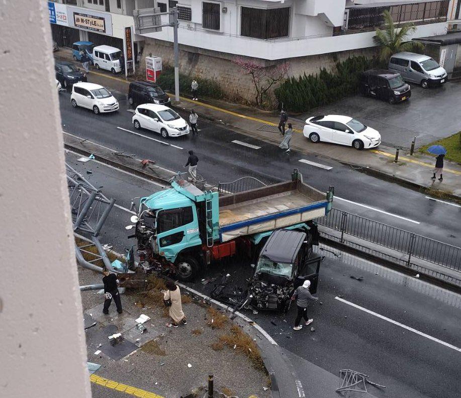 浦添市の玉突き事故の現場の画像