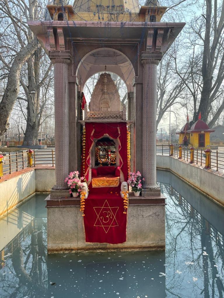 Today morning darshan of Kheer Bhawani #TulMul temple in #Kashmir  🙏🏻   @kpnewschannel @PawanDurani @szarabi @RootsInKashmir @smritikak @NamrataWakhloo