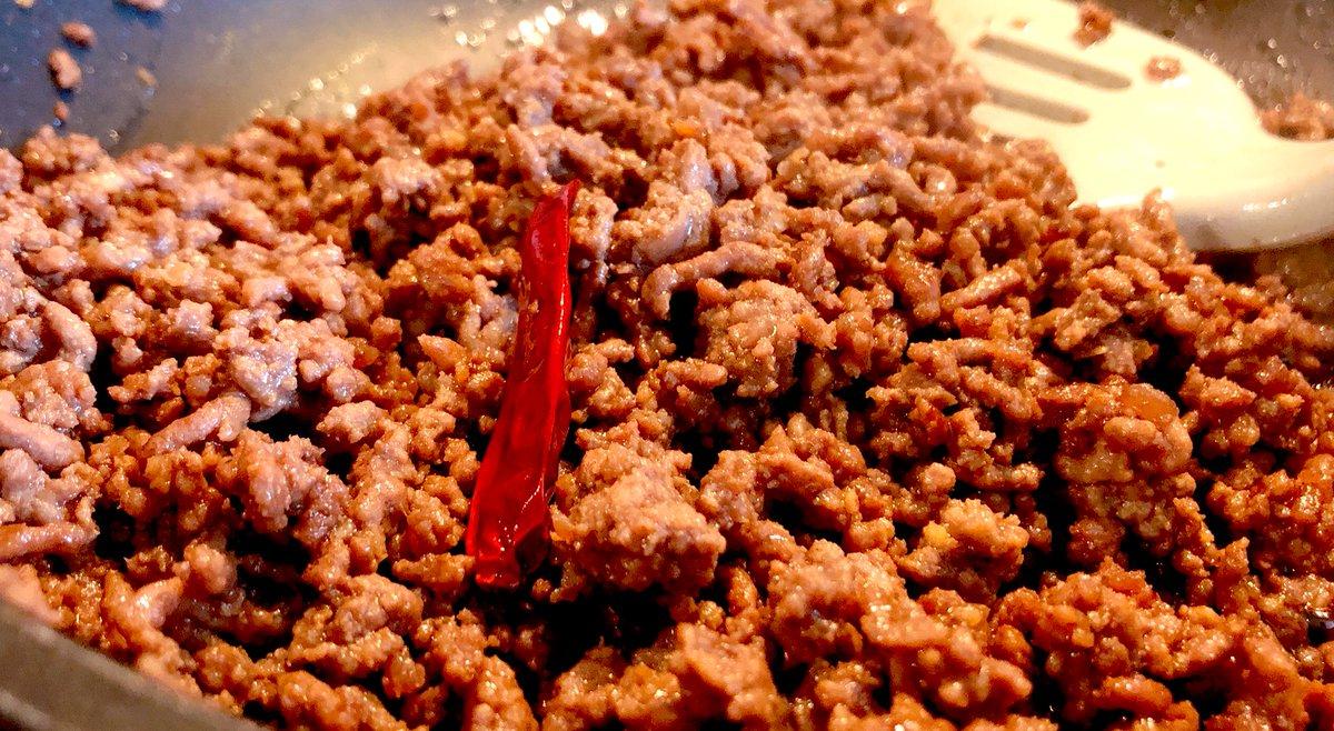 🧄炒めて牛ミンチ醤油と砂糖を大さじ2杯づつそこに白だしと白ワインも大さじ2杯づつ大好きな茄子と挽肉のスパゲティのレシピの、この上のお肉が子供達が好きなのでこれだけ時々作る元レシピ(もちろん+茄子だと最高)ご飯でも美味しいけど今日はパスタに乗せて♪🍝