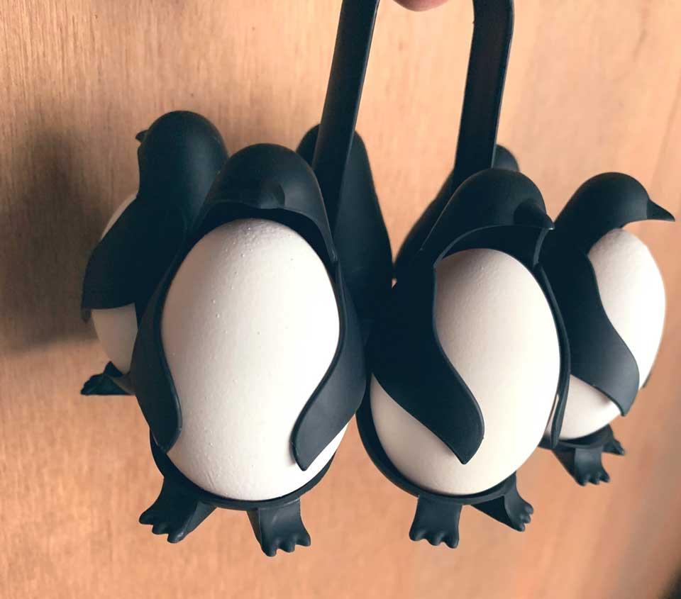 """【昨日の人気記事】「これをどうしても見せたかったらしい」 オカンが真剣な様子で見せに来た""""ペンギン型卵ホルダー""""が衝撃的なかわいさ"""