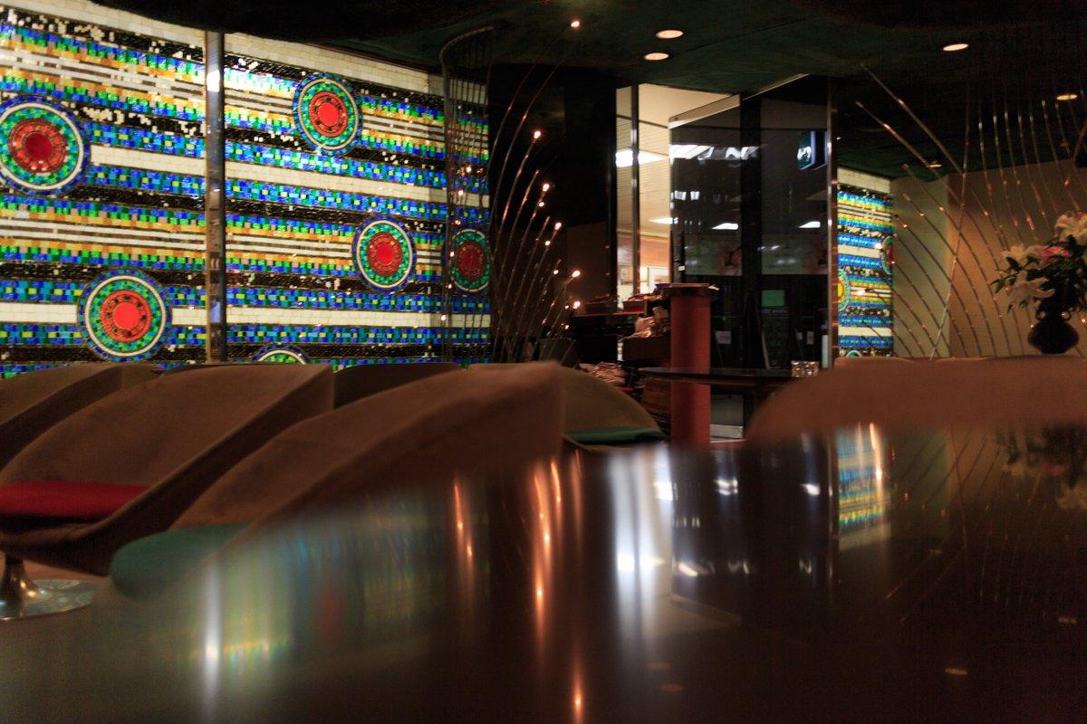 #大阪駅前第一ビル B1 キングオブキングス です。 ☎︎06-6345-3100  #osaka #umeda #bar #喫茶店 #大阪万博 #scotch #oldparr #interior #cafe #stainedglass #midcentury #architecture