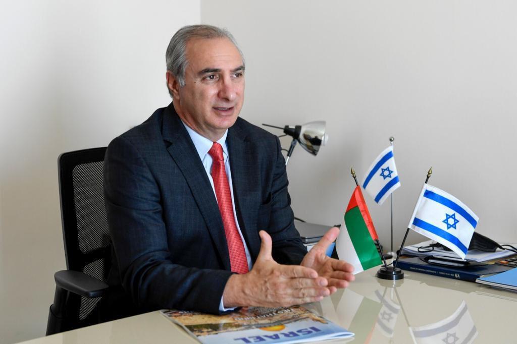 """إسرائيل تغرد : القائم بأعمال السفارة الاسرائيلية في ابو ظبي إيتان نائيه في تصريح لوكالة أنباء الإمارات: """"130 ألف إس…"""