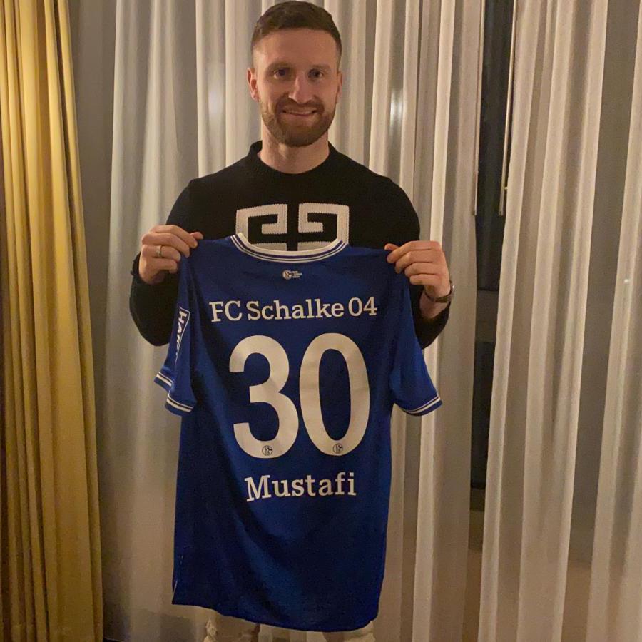 Wir starten mit @MustafiOfficial in den Tag 🗣️🎥  Nochmals herzlich willkommen auf Schalke, Musti! Trikot sieht top aus 👏🏼  #S04 | 🔵⚪️ | #Mustafi