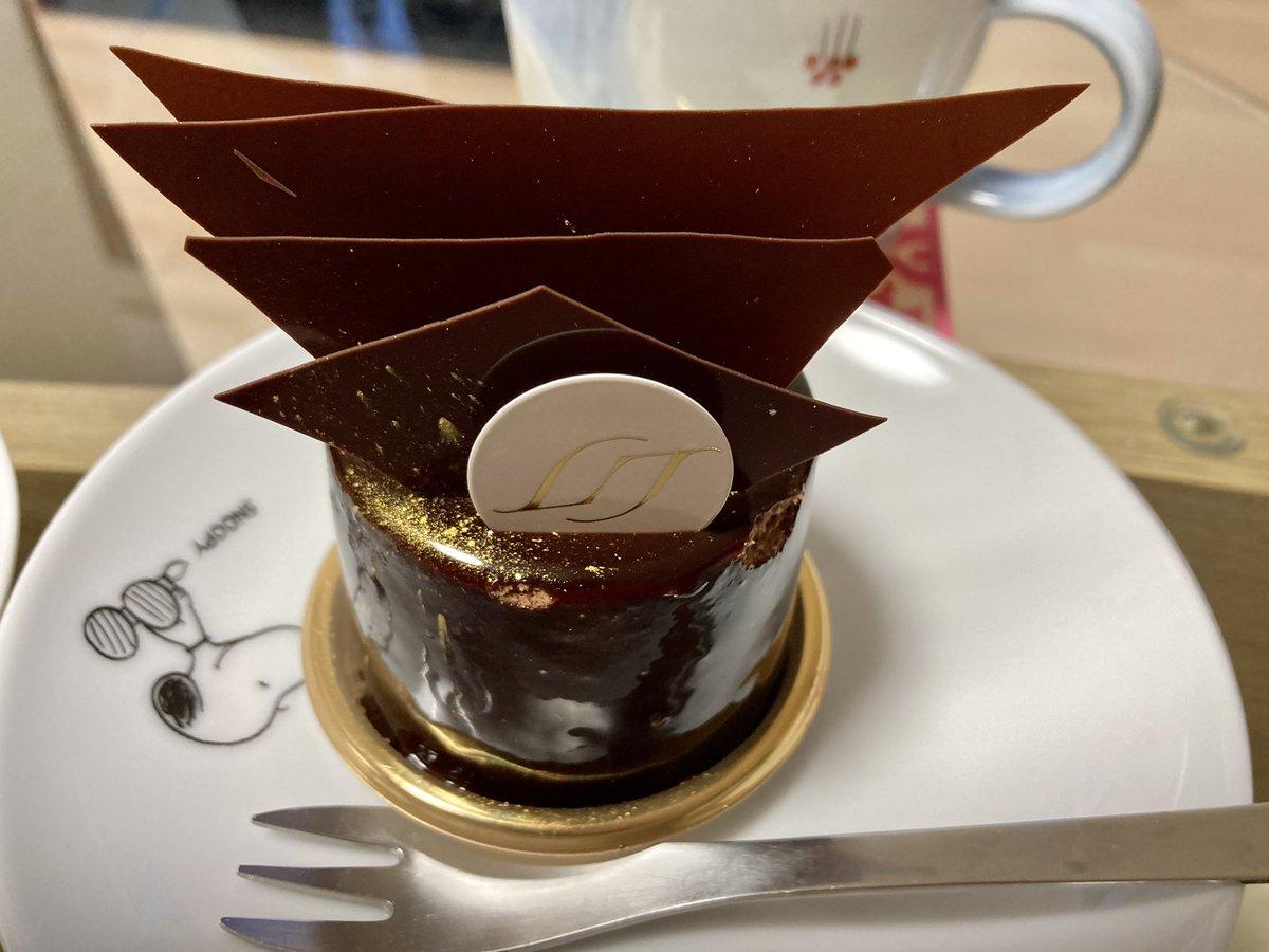 リベルターブル 赤坂店✨チョコレートケーキ かな?と食べると鮮烈にトリュフの味!ピスタチオケーキもフェンネルとレモンジュレ入りで味わったことのない美味しさでした!#ケーキ #スイーツ #リベルターブル