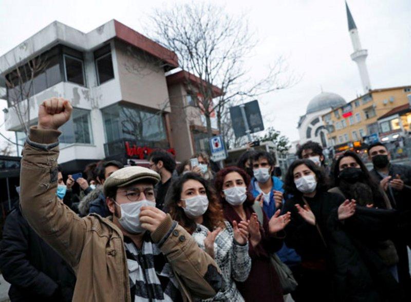 """تصاعد مظاهرات الطلاب احتجاجًا على تعيين """"أردوغان"""" مواليًا له عميدًا لجامعة البوسفور."""