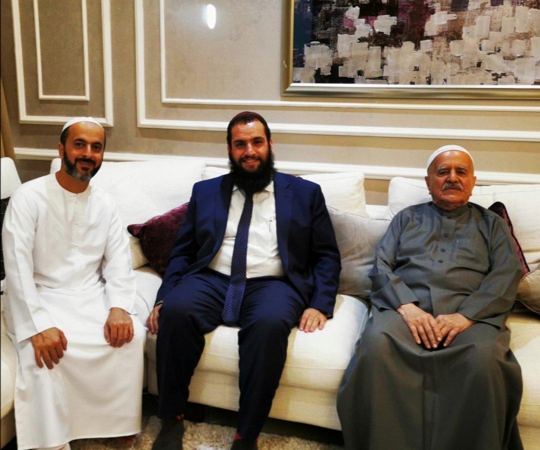 إسرائيل تغرد : استضافة حاخام يهودي في منزل اماراتي. المزيد من الصداقات تنسج يوميا بين أبناء البلدين  #إسرائيل #الام…