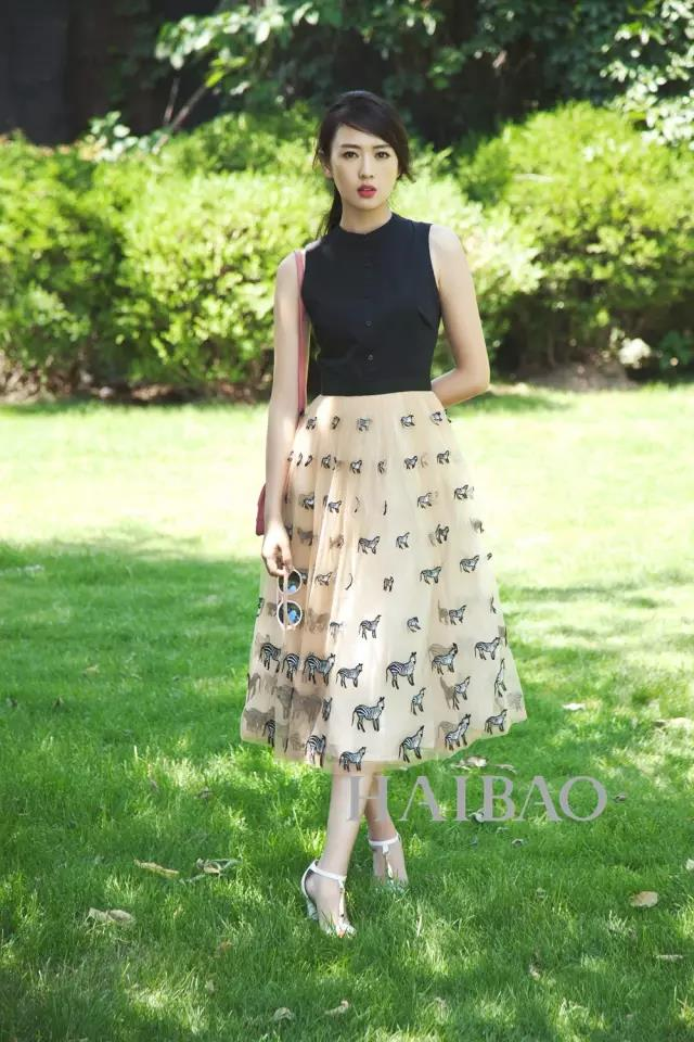 FOND&BERYL X Tong Yao On a sunny day, the flowing long skirt is paired with textured white high heels. The golden decoration shows the attention to detail.  #ootd #fashion #童谣 #FONDBERYL #elegant #shoes #streetfashion #Tongyao #highheel #三十而已