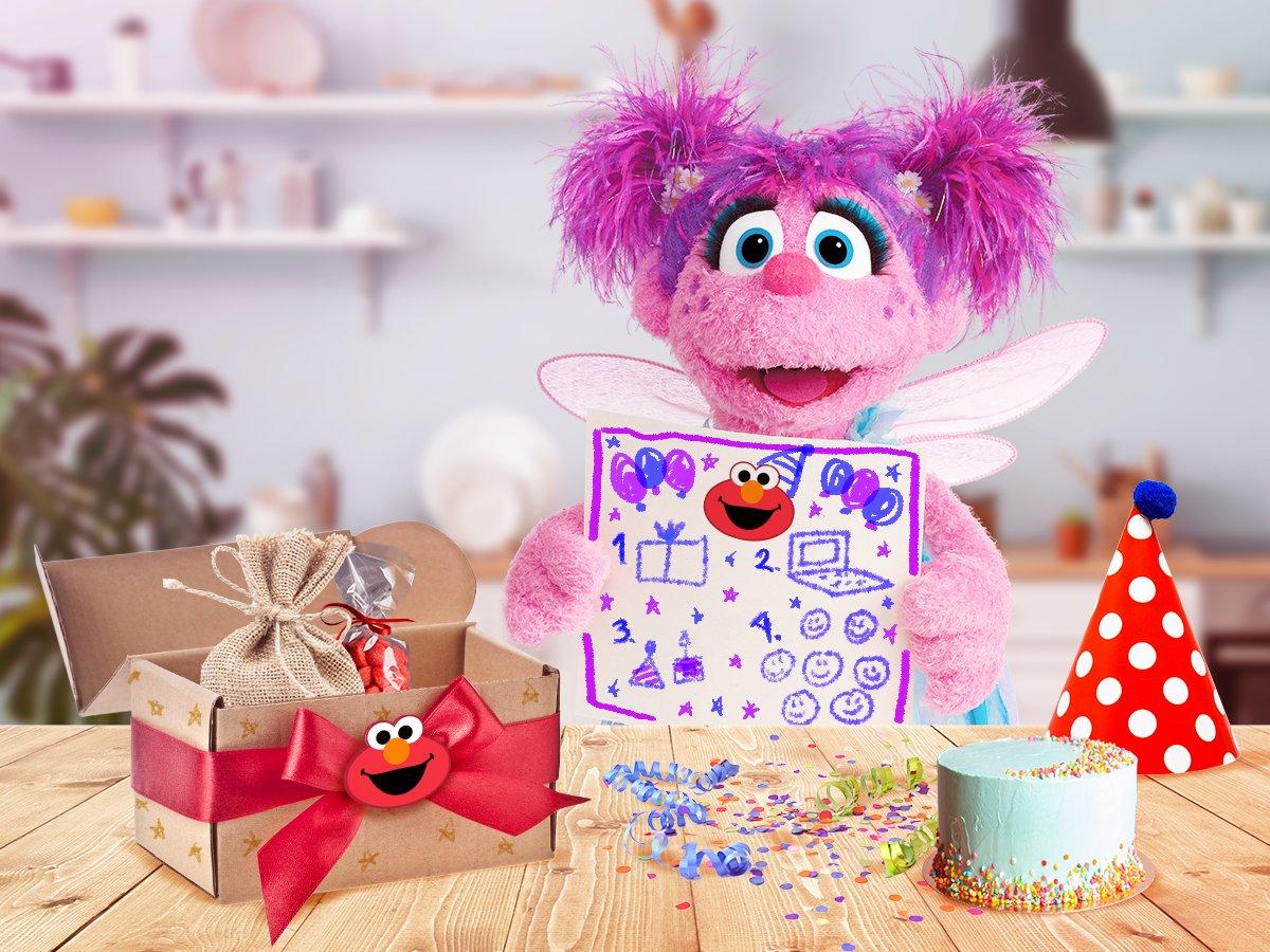 ¡Hoy recibí un paquete para la fiesta de @elmoestuamigo! Hasta viene con instrucciones y un pastel de-li-cio-so. ¿Ya felicitaron a mi mejor amigo? 🤔 #FelizCumpleElmo 🎉🥳