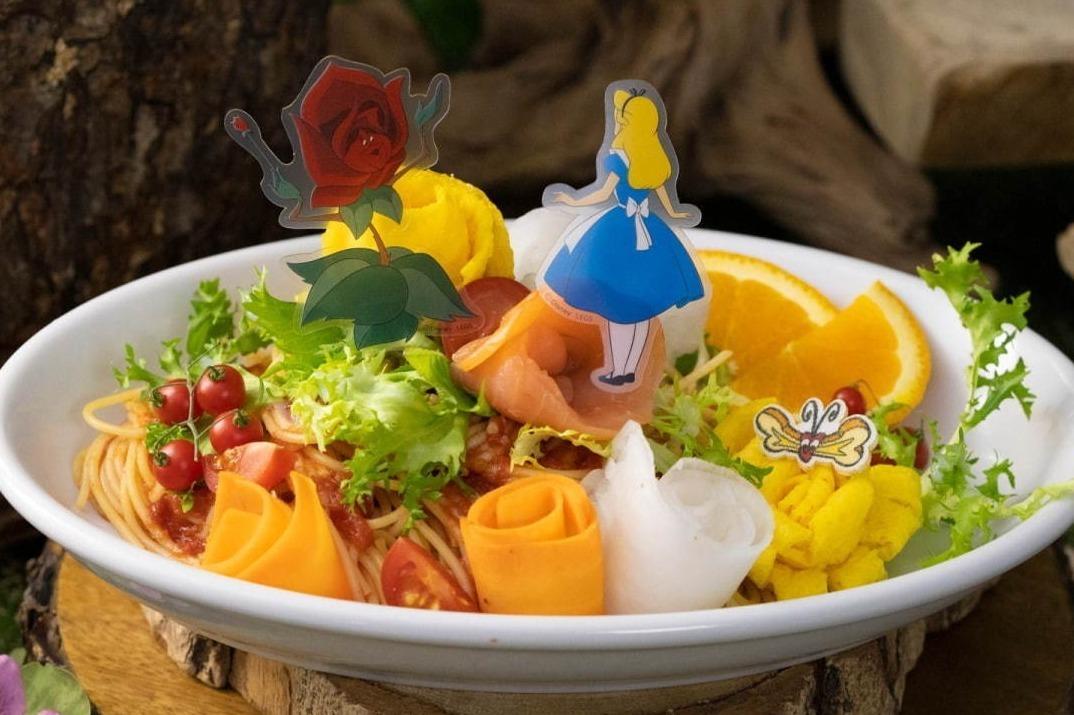 [明日から開催] ディズニー「ふしぎの国のアリス」限定カフェが東京・大阪・名古屋で、白うさぎのベーグルサンド -